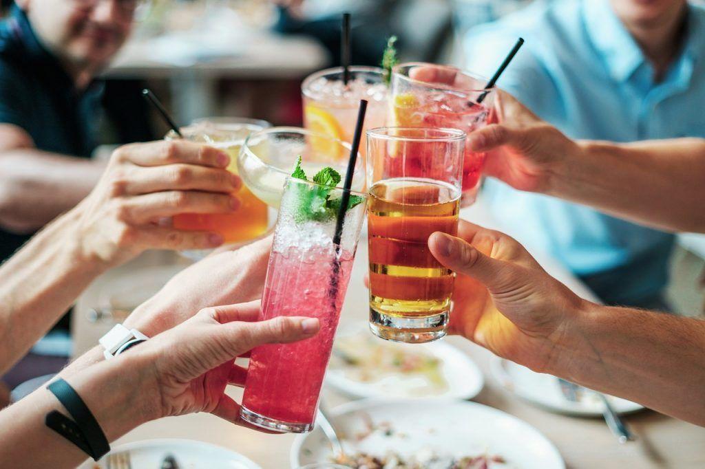 organiza una fiesta de verano con comida y bebida ligera