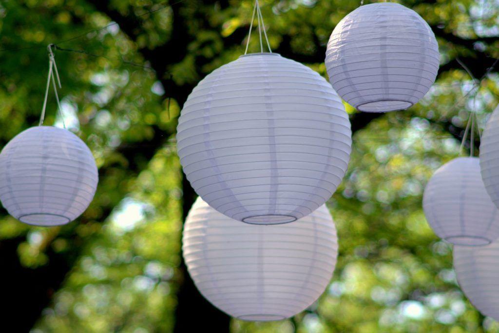 organiza una fiesta de verano ibicenca e iluminala con farolillos blancos