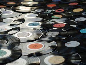 cómo organizar una fiesta de disfraces lista de reproducción de música