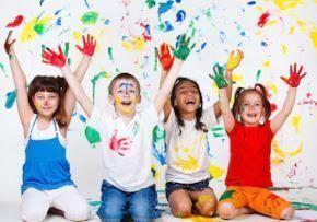 niños pintando pared